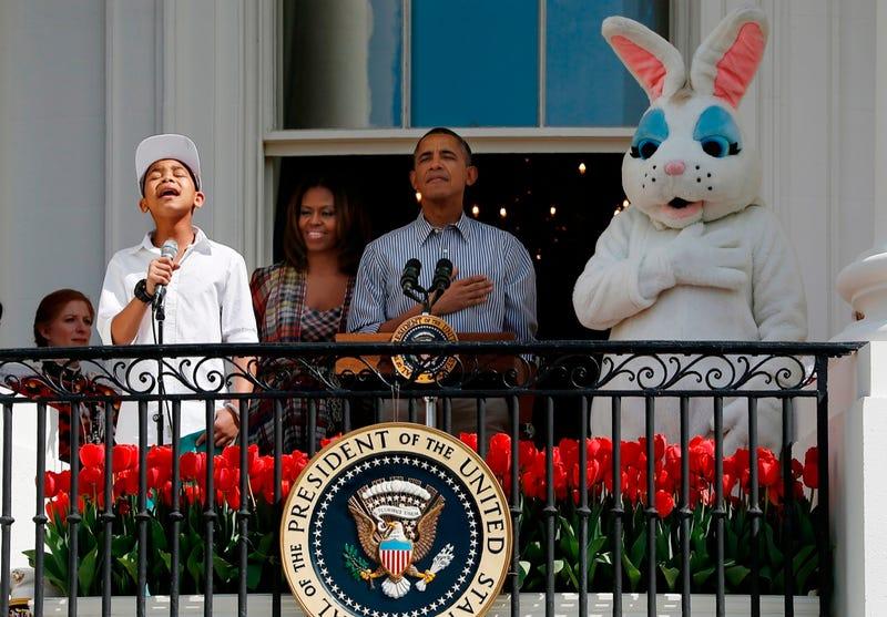 Óriás műnyúl nézi Obamát
