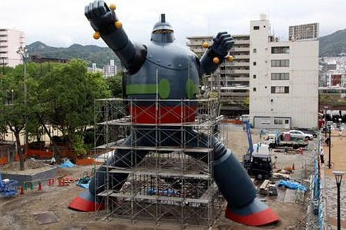 Japan's Love of Gigantic Robots Continues with Kobe's Tetsujin
