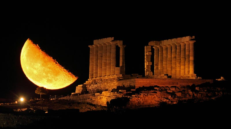 This stunning moonrise is an optical illusion