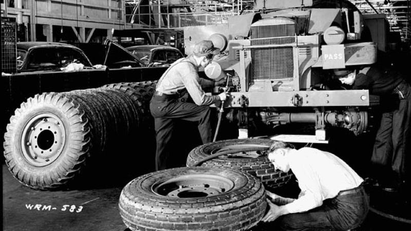 Here's What Canadian Military Truck Assembly Looked Like In 1941