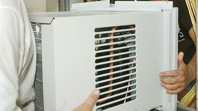 Giz Explains: Why Do Air Conditioners Weigh So Much?