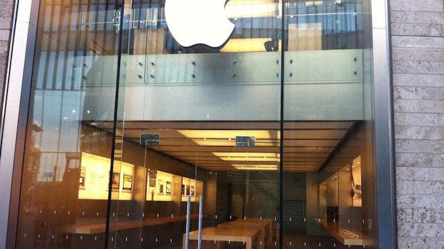 Apple Locks Down Its Supremely Lootable British Stores