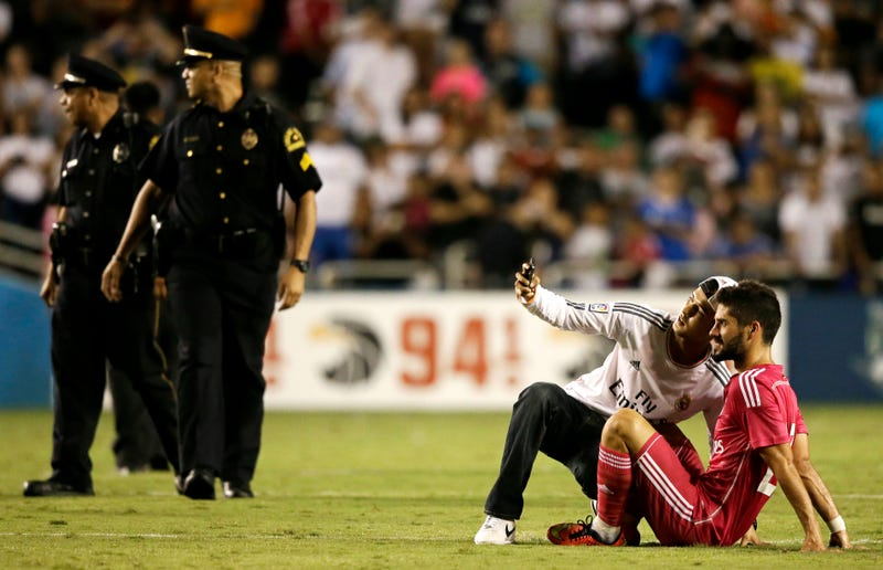 Real Madrid-Roma In Dallas Fell Victim To A Massive Pitch Invasion