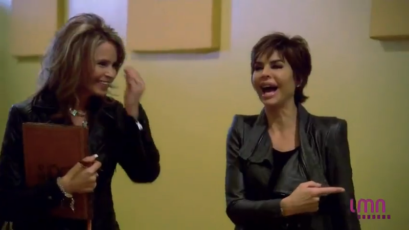 A Séance With Lisa Rinna Explains A Lot About Lisa Rinna