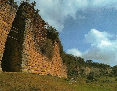 Ancient, abandoned Great Wall of Peru ringed an elaborate stone city