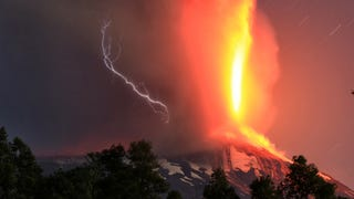 Jaw-Dropping Photographs Show The Villarica Volcano Erupting in Chile