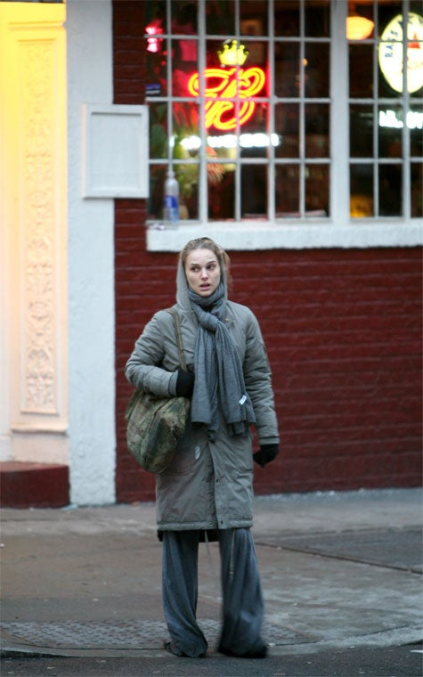 Natalie Portman's Cold Weather Hobo Chic