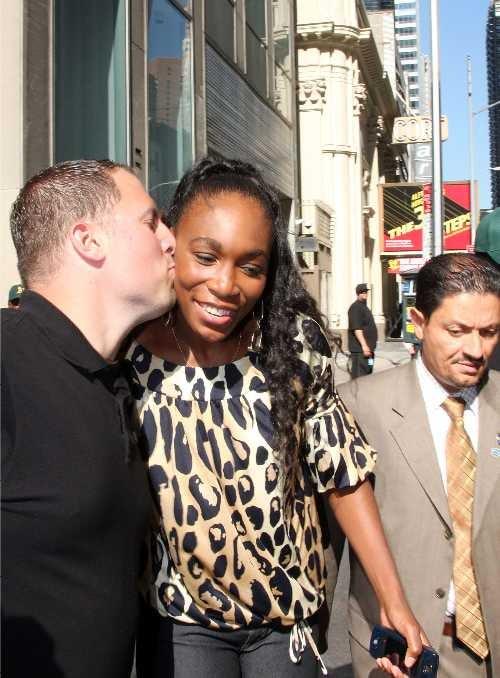 Alicia Silverstone Picks Public Transit • Venus Williams Gets Kissed