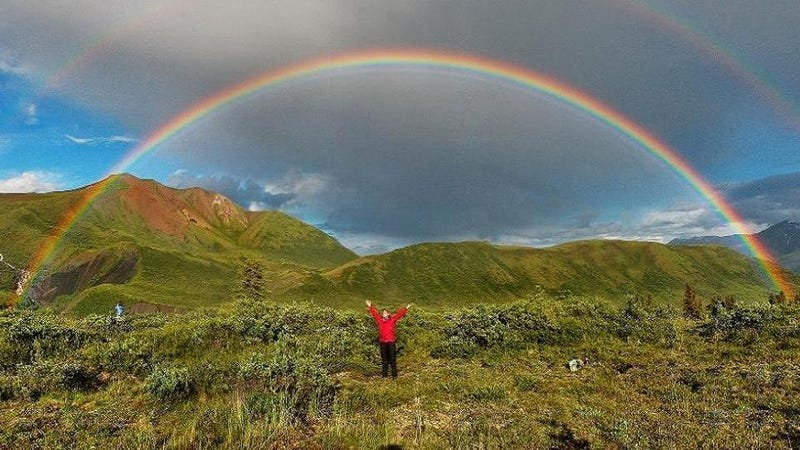 What causes the arc of the rainbow?