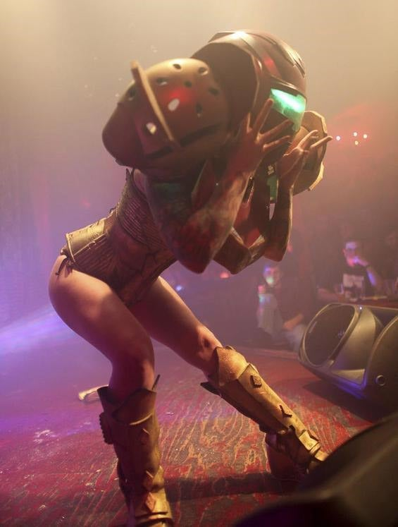 In Which Samus Aran Jumps On Stage And Takes Her Clothes Off