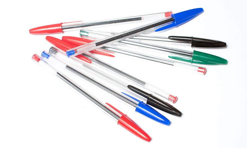 Para qué sirven los agujeros en la tapa y el centro de los bolígrafos BIC