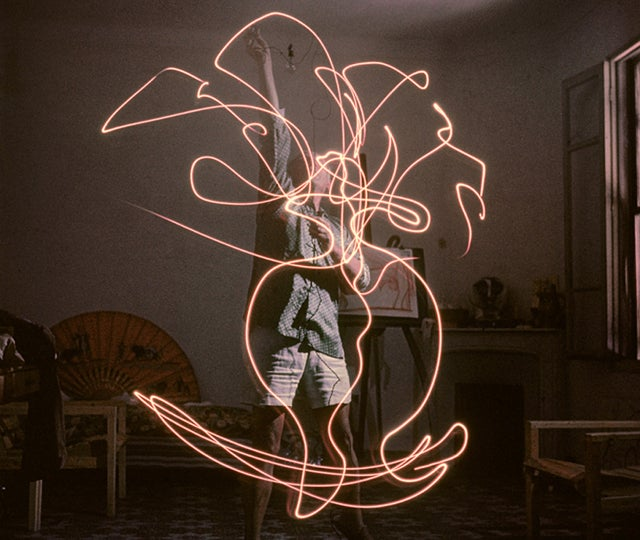 Check out Pablo Picasso's hypnotic 'light drawings' from 1949