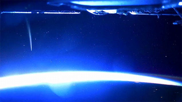 ISS astronauts capture a comet in the best space time-lapse yet