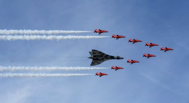 This Dramatic Shadowplay Marked The Last Red Arrows–Vulcan Flypast