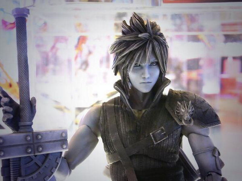 The New FFVII Cloud Action Figure Comes With A Lot Of Swords