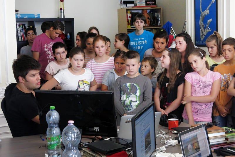 Iskolás gyerekek hada özönlötte el a Cink szerkesztőségét