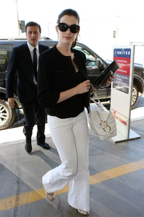 Anne Hathaway Looks Perfect... Except For That Douchebag Boyfriend Right Behind Her