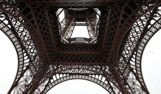 La Torre Eiffel luce suelo de cristal tras una millonaria remodelación Mnftkl9cylzttehijky3