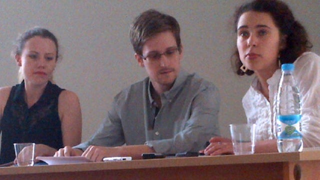 Snowden Emerges from Hotel Hideout for Meeting with Rights Groups