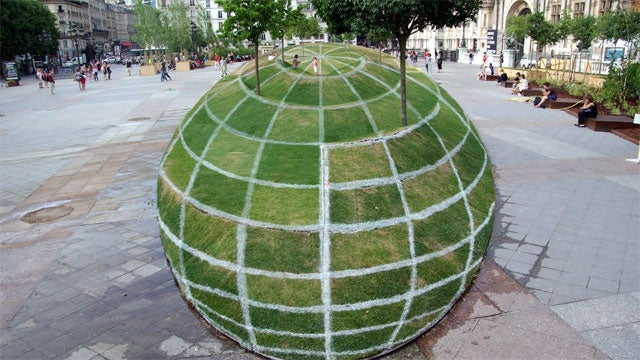How A Parisian Artist Created This Stunning Optical Illusion