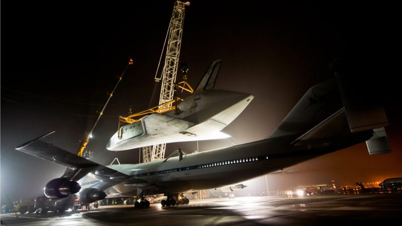 How They Carefully Lift The Space Shuttle