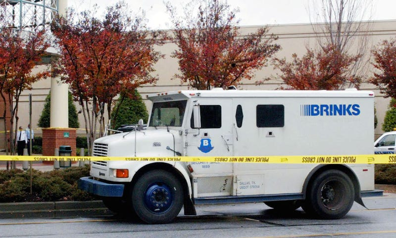 Brinks Truck Accidentally Drops $125,000 in Front of an Honest Man