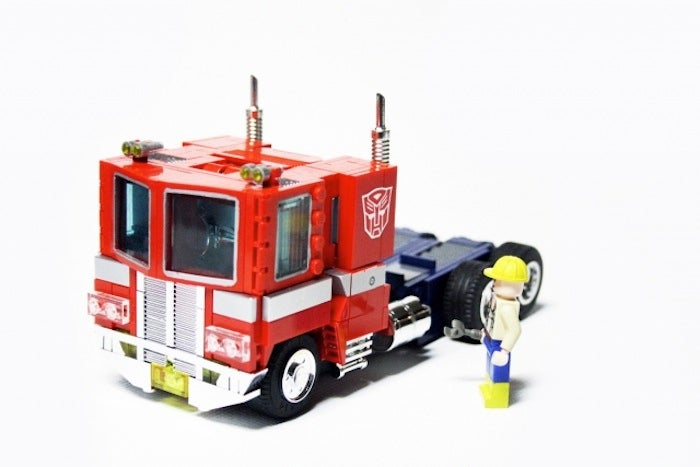 Amazing Lego Optimus Prime actually transforms from truck to autobot
