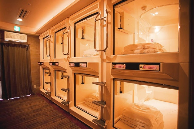 your guide to japanese capsule hotels. Black Bedroom Furniture Sets. Home Design Ideas