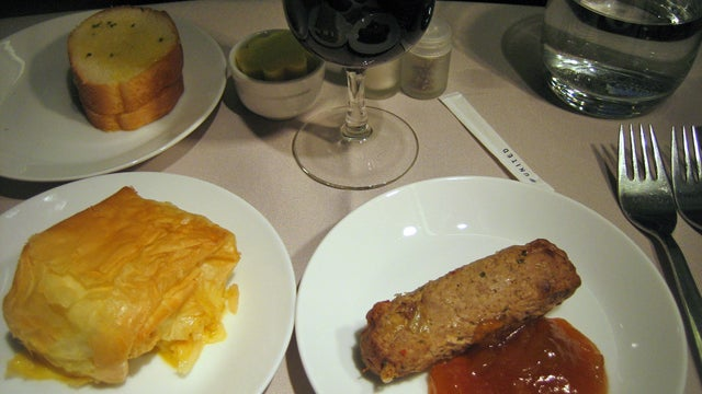 United Is Pinching Pennies By Eliminating Ketchup And Garlic Bread