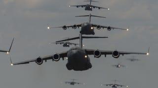 Una formación inusual: nueve enormes <i>C-17 Globemaster</i> en pleno vuelo