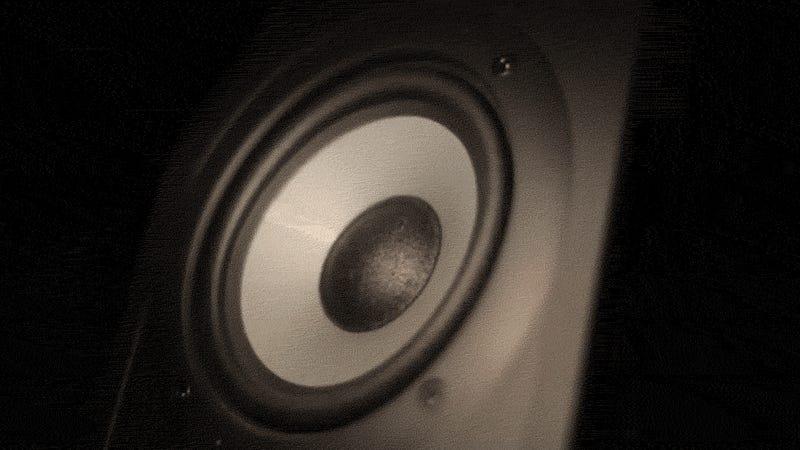 """DSLR """"Rolling Shutter"""" Distortion Makes This Speaker Wobble Like Jello"""