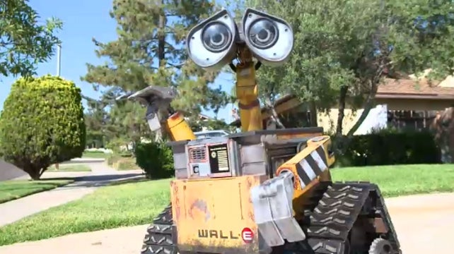 Robot Enthusiast Spends Two Years Bringing Pixar's WALL-E to Life
