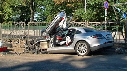 McLaren SLR Crashes, Destroys Surrounding Cars In Ferrari Street Race