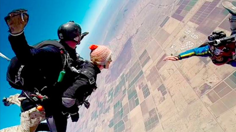 Watch Gabrielle Giffords Skydive on the Anniversary of the Tucson Shooting