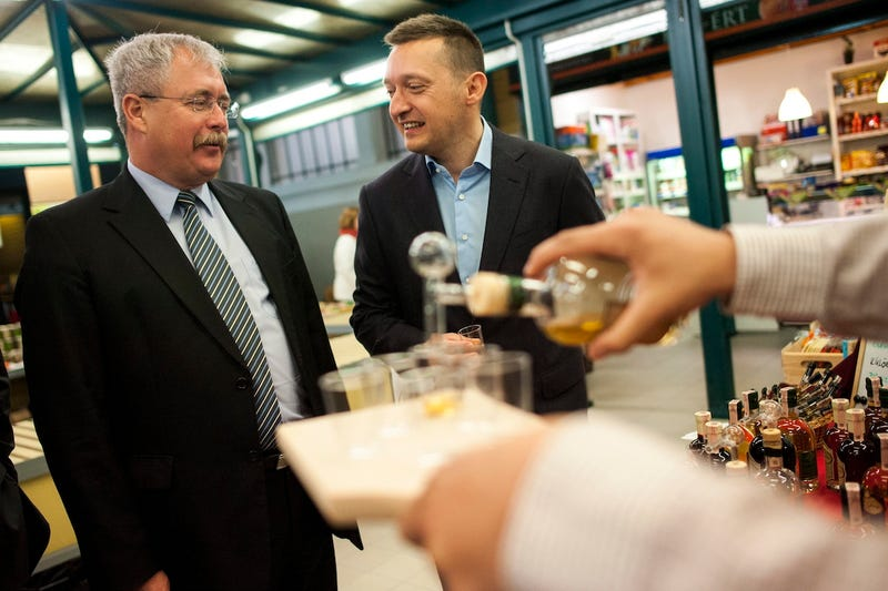 Fazekas miniszter és Rogán polgármester tanyasi pálinkát iszik