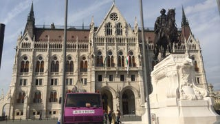 Dögös magyar szexmasina ül egy hatalmas oroszkrémtorta tetején