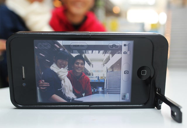 iPhone Case With Inbuilt Kickstand Acts as a Tripod For Better Photo-Taking