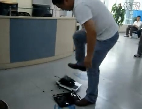 Very Chilled Chinese Man Destroys HP Laptop