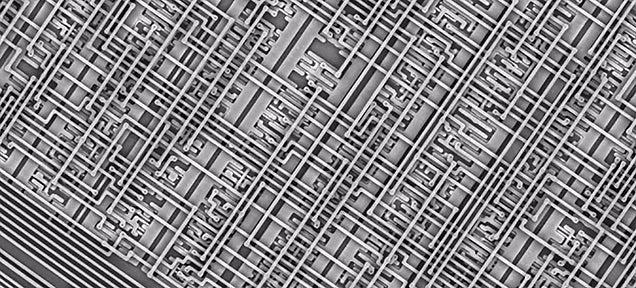 La mejor forma de entender el diminuto tamaño de un microchip