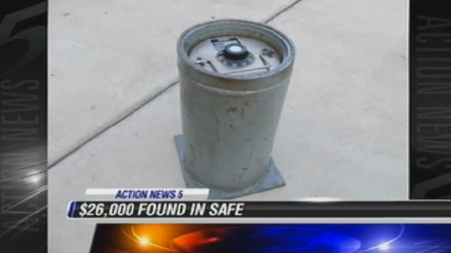 eBay Moron Sells Safe Containing $26,000 for $123