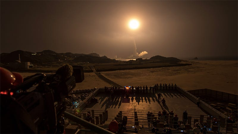 This Japanese rocket launch looks like an early atomic bomb test