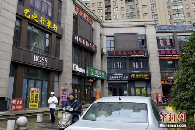 "Shop at Appla and Drink Sffcccks Coffee on China's ""Street of Fakes"""