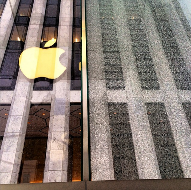 Snowblower turns Fifth Avenue Apple Store glass into beautiful painting