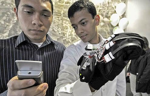 HandTalk Glove Turns Sign Language Into Words via Cellphone