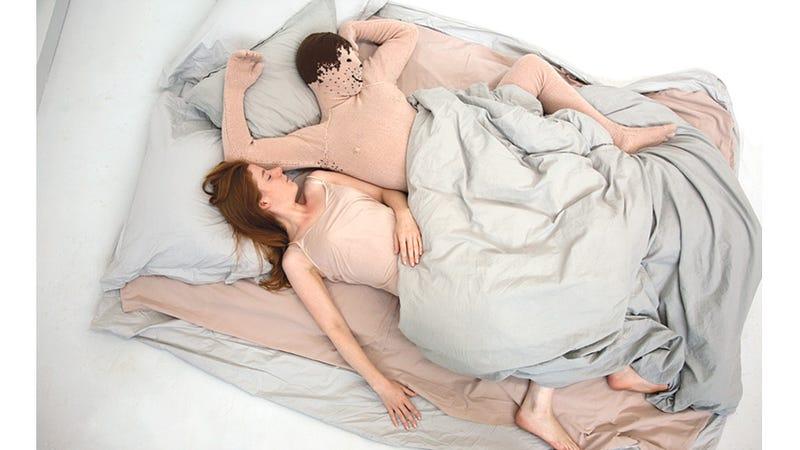 Dormir con un novio de lana es casi más triste que estar sola