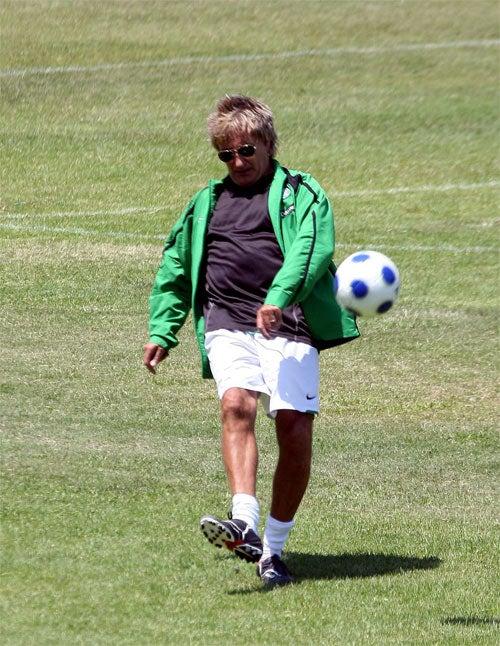 Rod Stewart Misses The Ball
