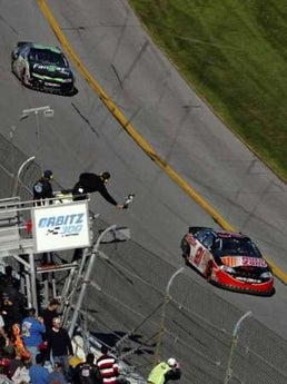 "Daytona 500: Kevin Harvick Beats Mark ""Old Man"" Martin By A Tenth Of A Second!"