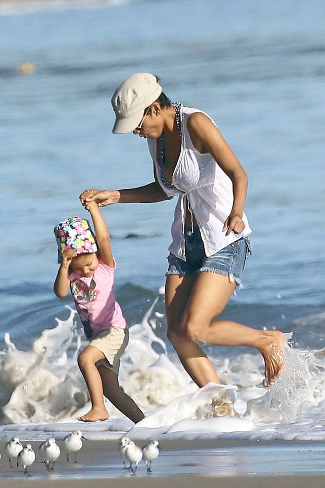 Halle Berry, Nahla & Some Birds Get Their Feet Wet
