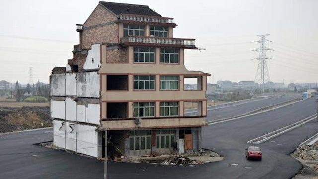 This Chinese house sits in the middle of a brand-new road