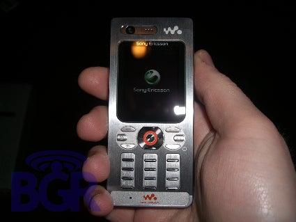 Boy Genius Undresses Sony Ericsson's W880i